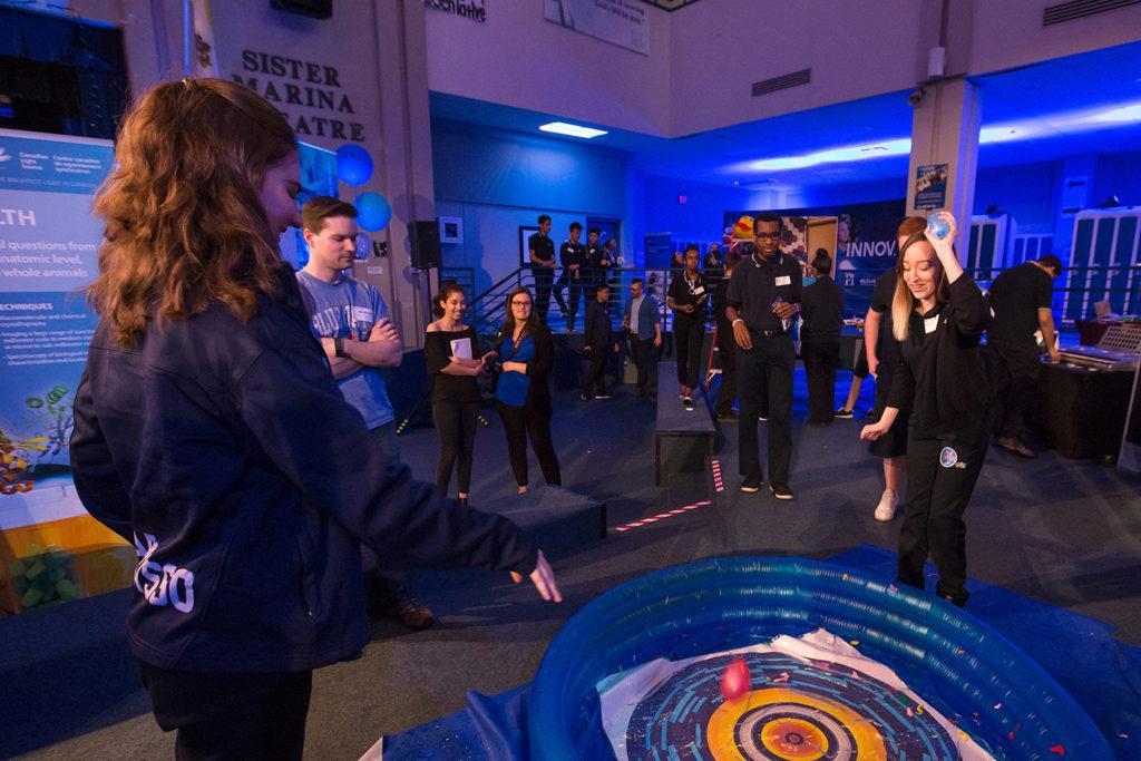 Des élèves lancent des ballons à eau