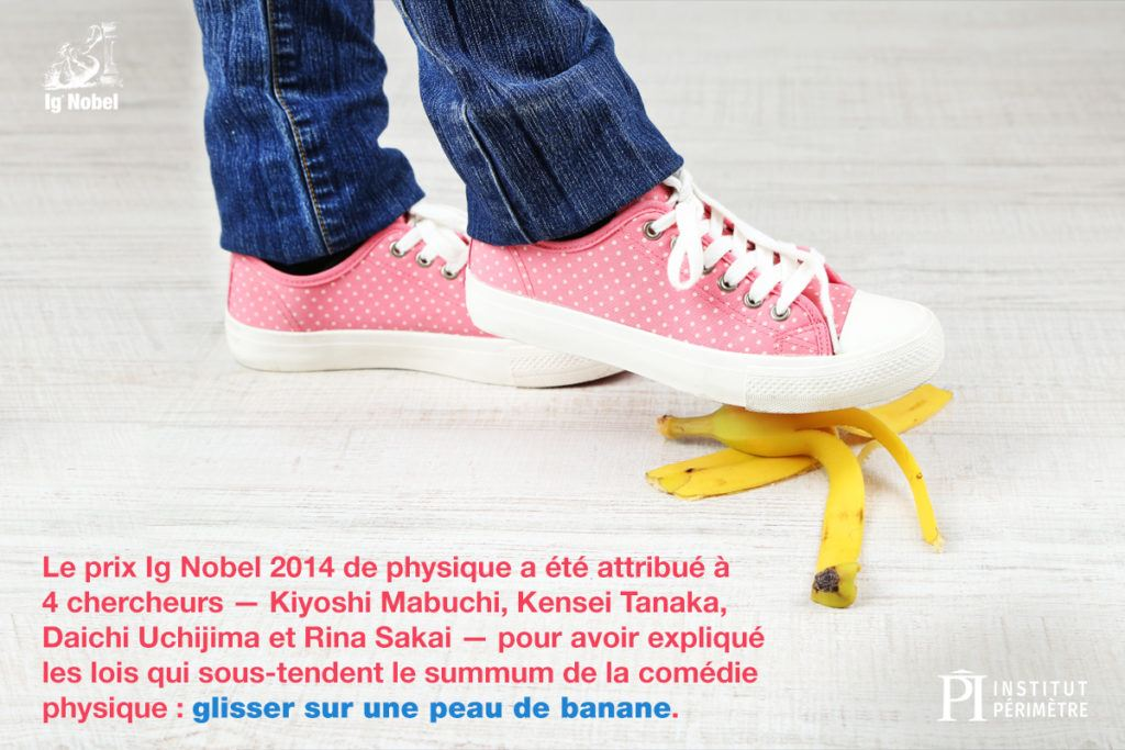 Gros plan d'une personne portant des chaussures roses marchant sur une peau de banane