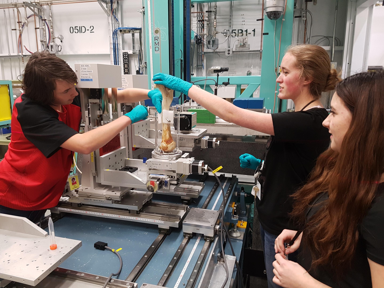 Le club Beam Team de Ryan Beck dans les locaux du Centre canadien de rayonnement synchrotron