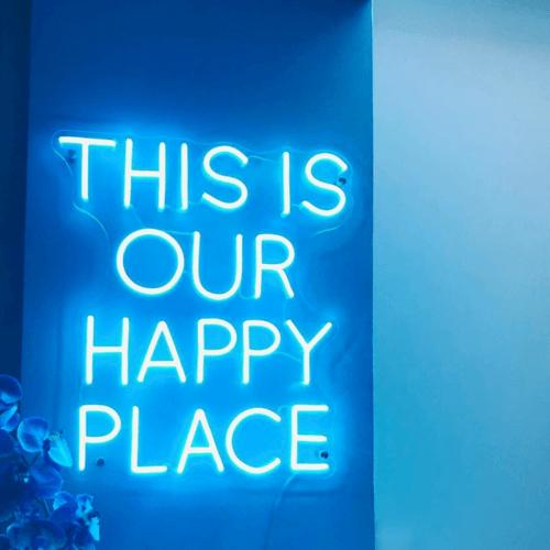 Affiche en DEL avec le message This Is Our Happy Place